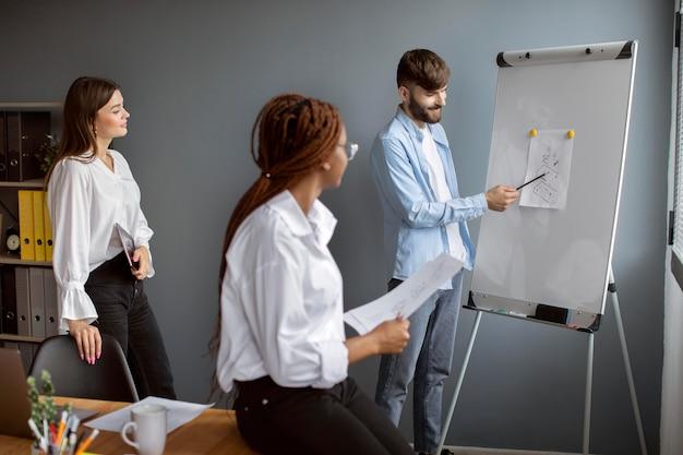 Jongeren die samenwerken in een startend bedrijf