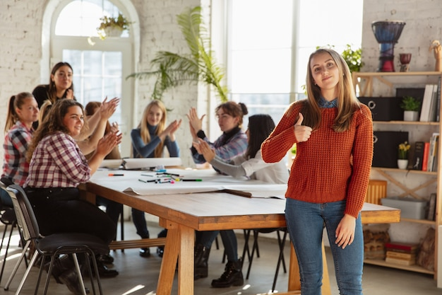 Jongeren discussiëren over vrouwenrechten en gelijkheid op kantoor