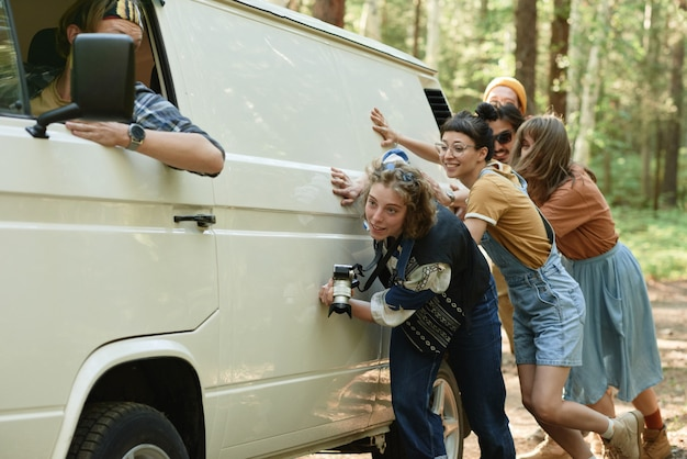 Jongeren duwen het busje tegen elkaar, het brak tijdens hun reis