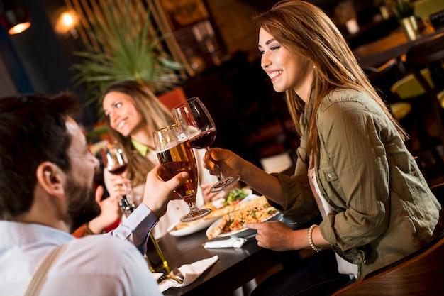 Jongeren eten in het restaurant