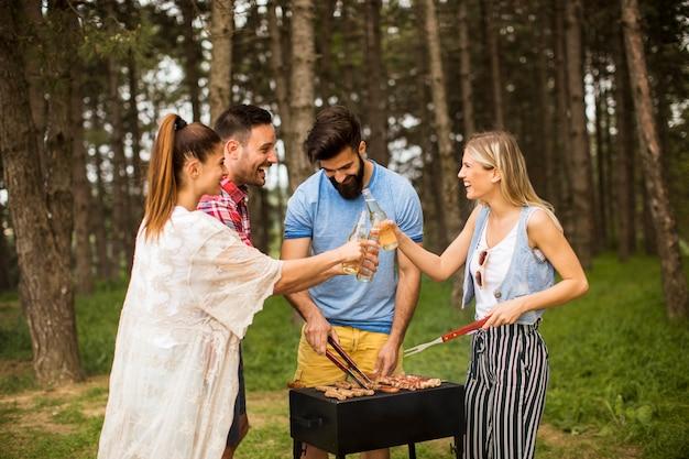Jongeren genieten van barbecue-feest in de natuur