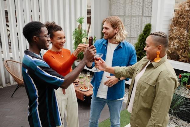 Jongeren genieten van drankjes op rooftop party