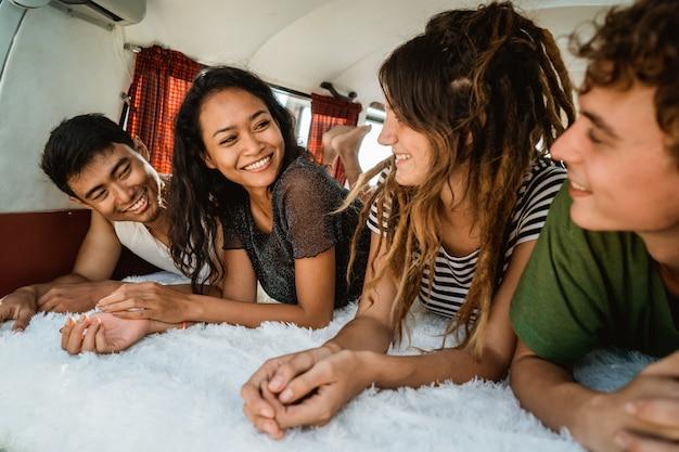 Jongeren genieten van vakantie ontspannen in vintage busje