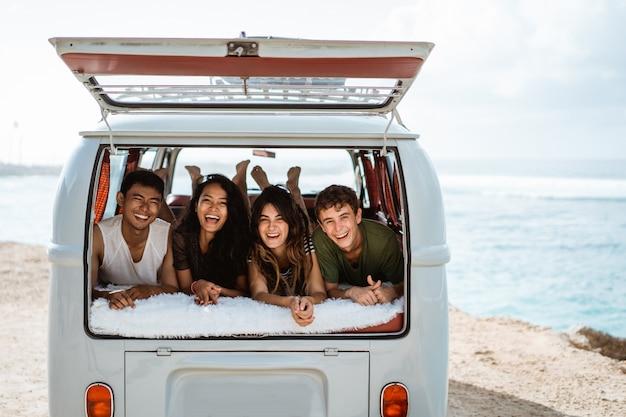 Jongeren genieten van vakantie vast te leggen ontspannen in vintage busje