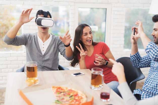 Jongeren hebben plezier in de helm van virtual reality.