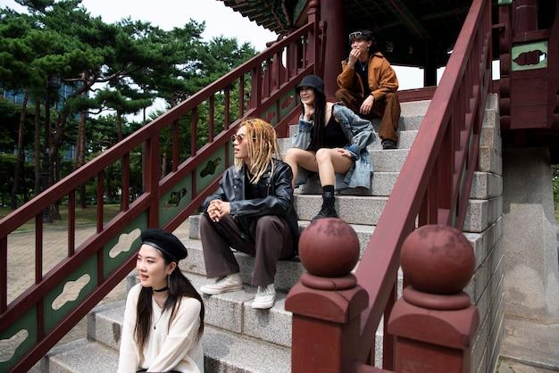Jongeren in de stedelijke scene met k-pop-esthetiek