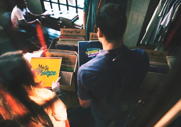 Jongeren in een platenwinkel