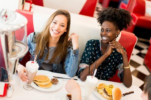Jongeren in het restaurant