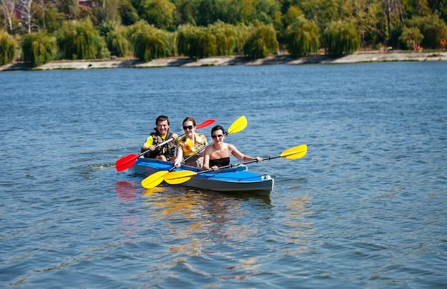 Jongeren in kano's. vakantie met het gezin.