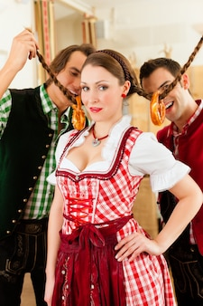 Jongeren in traditionele beierse klederdracht in restaurant of pub