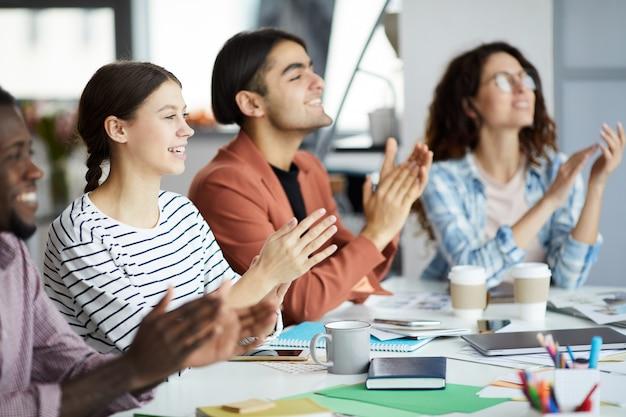 Jongeren klappen voor presentatie