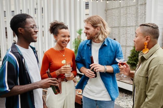 Jongeren lachen op dakfeest