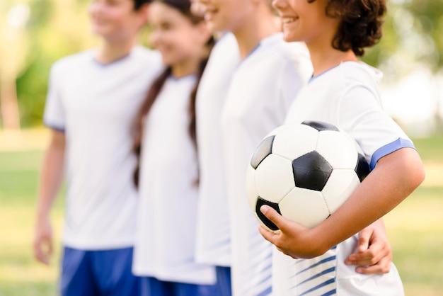 Jongeren maken zich klaar voor een voetbalwedstrijd