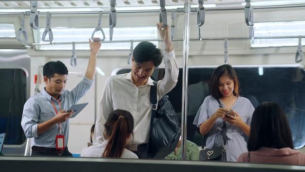 Jongeren met behulp van mobiele telefoon in de metro