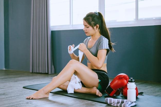 Jongeren oefenen aan boksen en voetenwerk in de training klasse