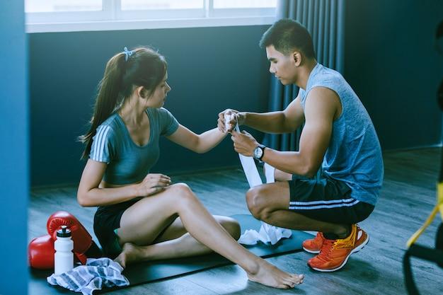 Jongeren oefenen aan boksen en voetenwerk