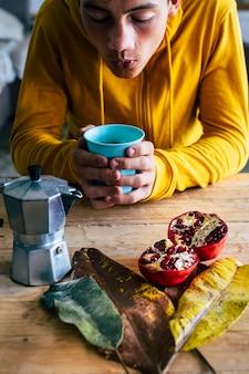Jongeren ontbijten thuis met koffie in het concept van de herfstcompositie
