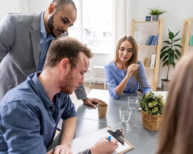 Jongeren ontmoeten elkaar op kantoor