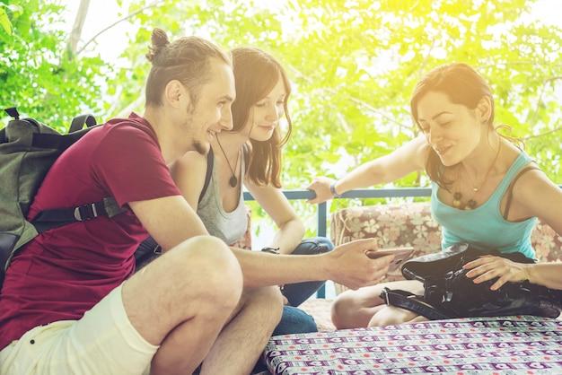 Jongeren ontspannen buiten en kijken naar video's op de telefoon