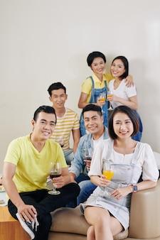 Jongeren op huisfeest