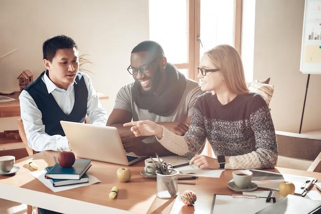 Jongeren op laptop informele vergadering van het bureau.