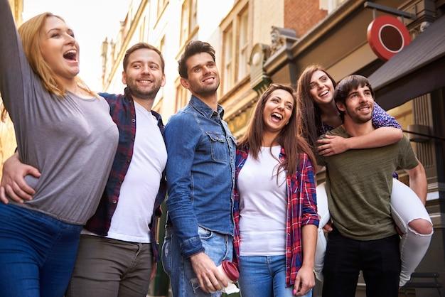 Jongeren op straat in de stad
