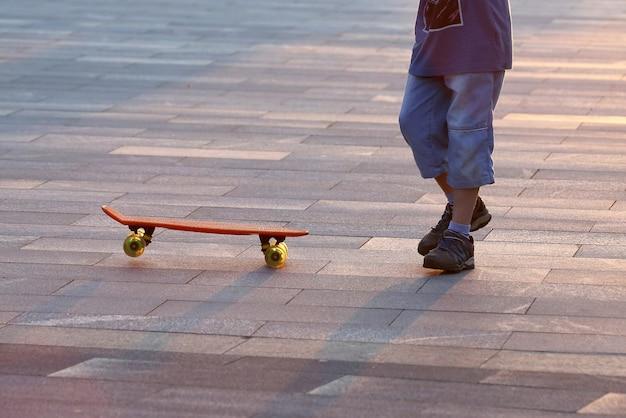 Jongeren rijden op een skateboard