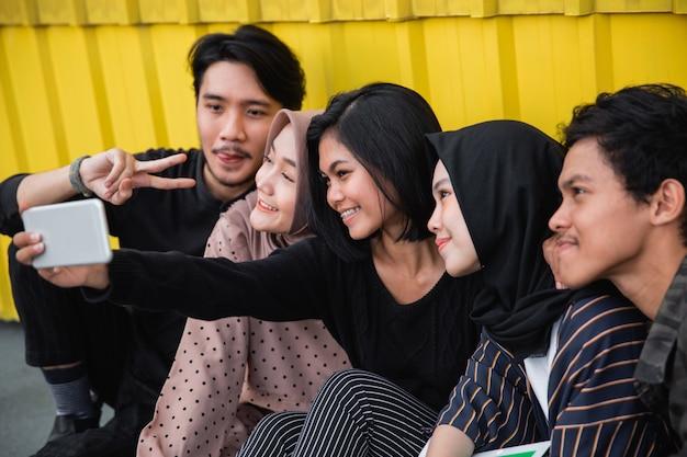 Jongeren selfie samen met vrienden