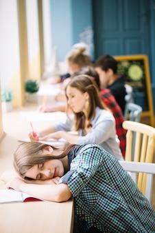 Jongeren slapen in klaslokaal