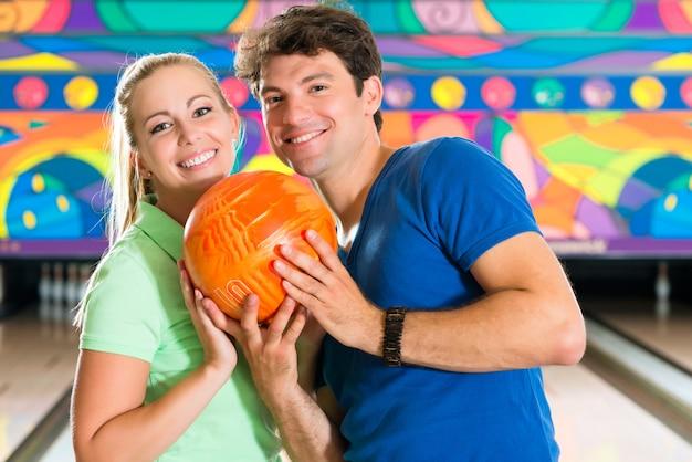 Jongeren spelen bowlen en plezier maken