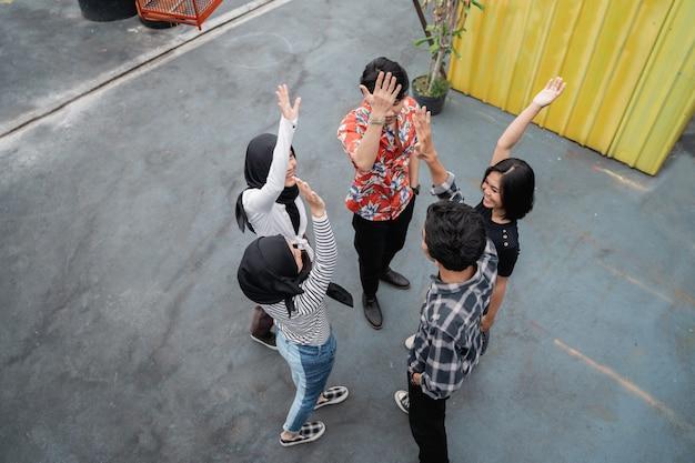 Jongeren staken hun handen op