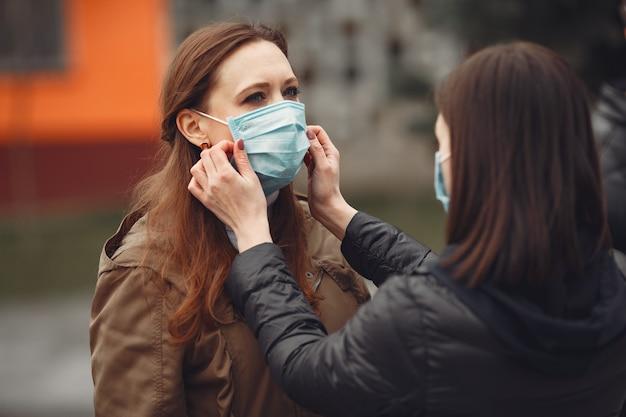 Jongeren verspreiden buiten wegwerpmaskers