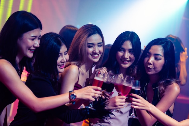 Jongeren vieren een feestje, drinken en dansen