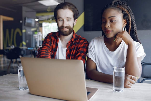 Jongeren werken samen en gebruiken de laptop