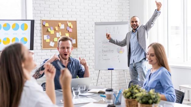 Jongeren werken samen tijdens een bijeenkomst