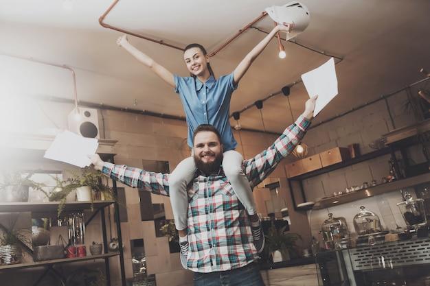 Jongeren zijn blij met een succesvolle afronding