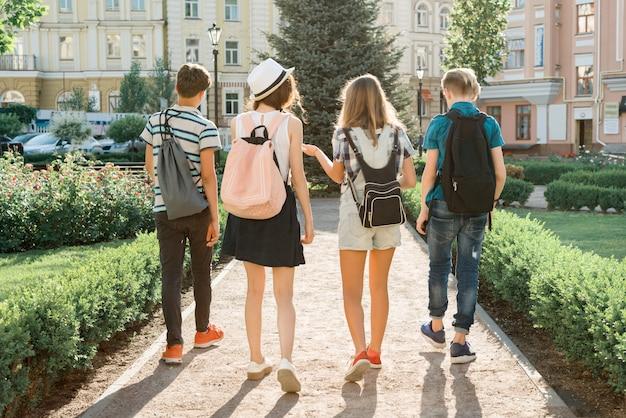 Jongerenvrienden die in de stad lopen