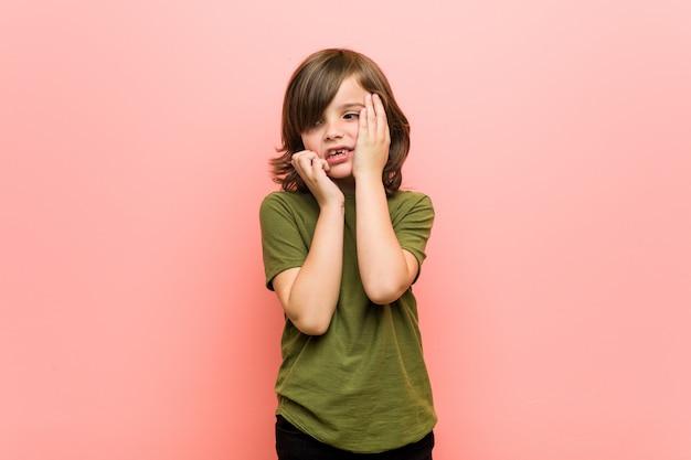 Jongetje jammerend en huilend