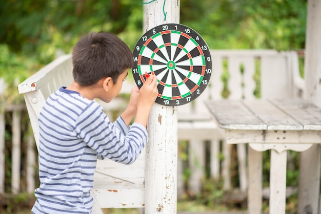 Jongetje spelen dartbord boord familie buiten activiteit