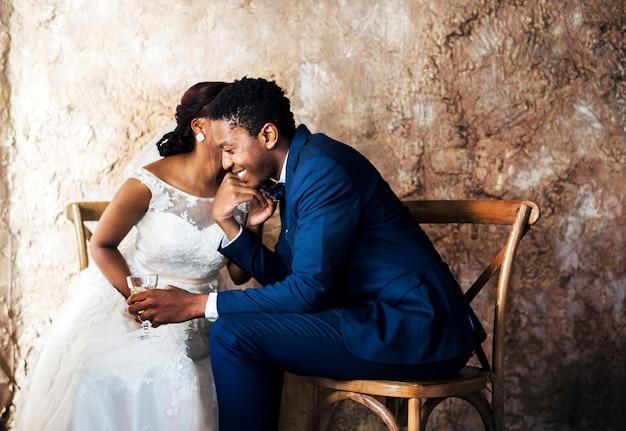 Jonggehuwde african descent couple wedding celebration