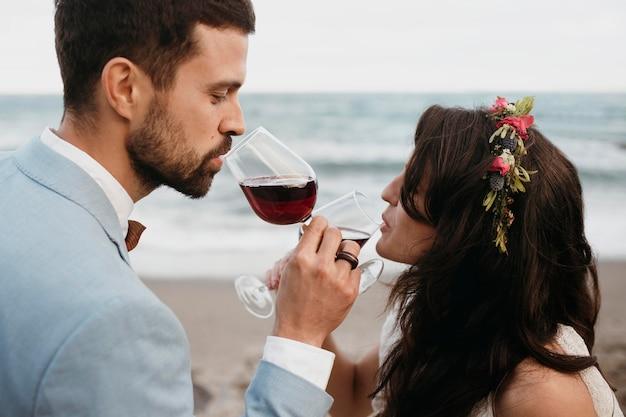 Jonggehuwden hebben hun bruiloft op het strand