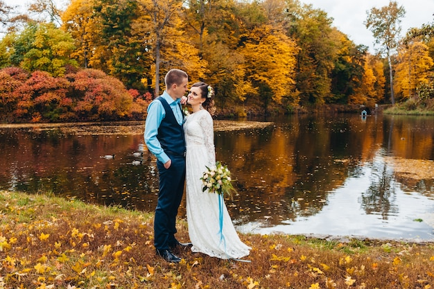 Jonggehuwden in de herfstpark