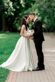 Jonggehuwden op een wandeling in het stadspark. evenementen en tradities