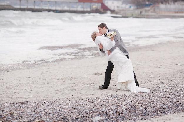 Jonggehuwden op het strand