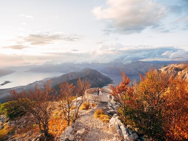 Jonggehuwden op het uitzicht op de baai van kotor vanaf mount lovcen montenegro