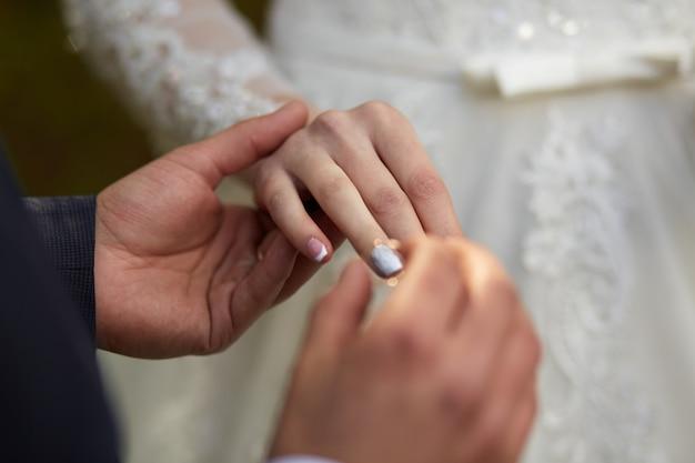 Jonggehuwden wisselen ringen uit tijdens een bruiloft