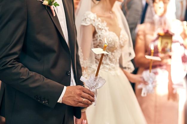 Jonggehuwden wisselen trouwringen uit tijdens een ceremonie in de kerk