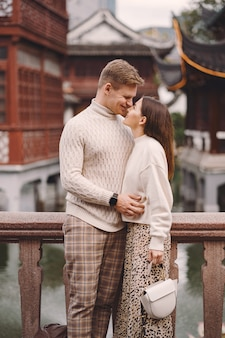 Jonggehuwdepaar die affectie tonen in shanghai dichtbij yuyuan.