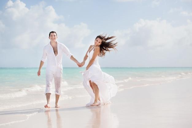 Jonggehuwdepaar op een tropisch strand