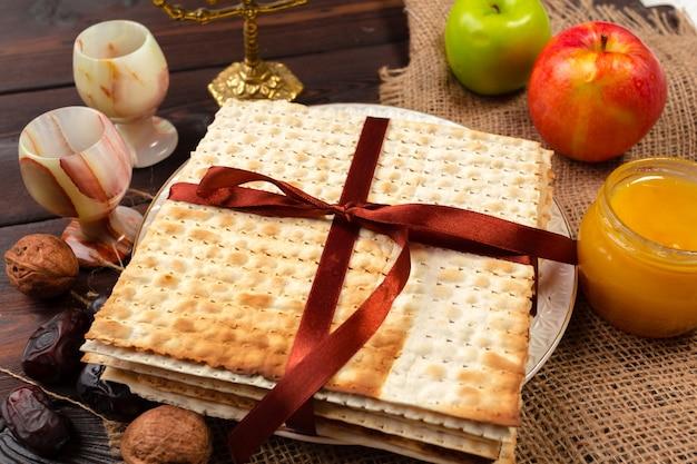 Joods de bannerontwerp van de vakantiepascha met wijn, matzo op houten.